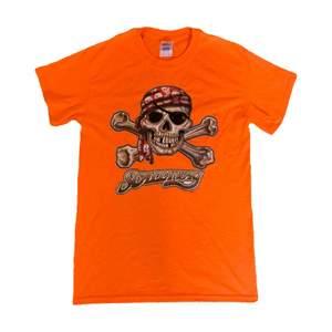 "Orange t-shirt med dödskalle-tryck och texten ""SCALLYWAY"". Fint skick, inga defekter."