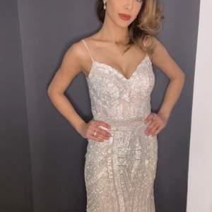 Festklänning med strass. Strl XS, använd en gång. Klänningen når till marken även med 15 cm klackar (jag är 170 lång).