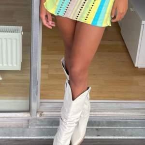 """Säljer mina vita tony mora cowboy boots. Perfekt nu till hösten, fin passform och extremt bekväma att gå i, inköpta för 2200 kr. Använda en gång i Stockholm, annars helt nya!!🤎🤎🤎  väldigt """"formiga"""" så passar 37/38/39"""