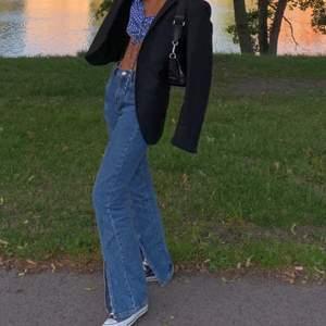 Jeans med slits fram! Från river island! Jätte snygga ocv stiliga. Funkar bra med klackar och låga skor.