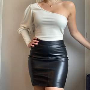Super fin skinnkjol från Second Female i äkta läder. Storlek Xs. Aldrig använd med lapparna kvar. Nypris 1500kr, mitt pris 500 + frakt 🌟