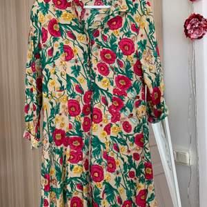 Blommig klänning från monki som endast är använd 2 gånger. Superfin året runt och kan även användas som kofta eller kaftan-ish. Från monki och kostade ca 250 kr storlek XS men passar S. Säljer för 130 kr.