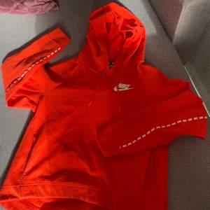 Säljer denna hoodie från Nike - Endast använd 1 gång, så den är som ny - Storlek S - Skriv till mig om ni är intresserade eller om ni vill ge något bud (kan möjligtvis sänka priset en aning) !!!
