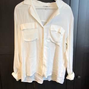 En vit skjorta i storlek M.