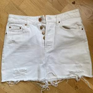 Verkligen den perfekta vita jeanskjolen. Min favorit kjol innan den tyvärr blev för liten. Från bershka