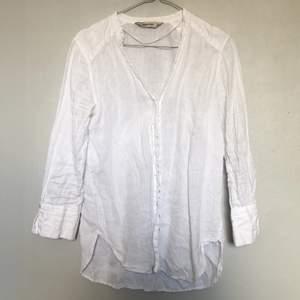 Linneskjorta från Zara i storlek XS men är lite oversize så fungerar till en S också! Kan användas knäppt och uppknäppt eller knuten i midjan ☺️ kan mötas i Stockholm eller postas