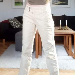 Jätte snygga beiga byxor köpta på plick man knappt använda! 💞