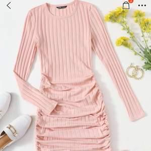 Säljer min rosa klänning från shein då den var lite stor på mig i midjan, passar nog en vanlig xs. Helt oanvänd (endast testad).