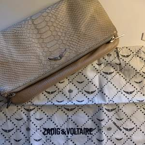 säljer denna beiga zadig väskan, hyfsat skick. limited edition så går inte att köpa längre