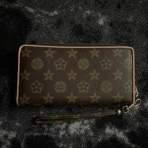 Ej äkta men LV inspirerad plånbok! Dragkedja runt och massa plats för kort & pengar inuti 🌟 Frakt tillkommer!