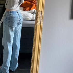 Så snygga levis jeans, 32/34. Jag ör en xs och de sitter snyggt oversized på mig. Bud från 400kr