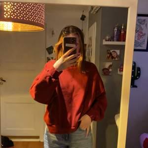 Säljer nu denna vinröda sweatshirt från Gina då den inte kommer till användning längre och börjar bli lite liten. Jag är 165 så för någon mindre skulle den nog passa perfekt ifall man inte vill ha den i exakt passform (jag gillar oversize kläder). Tänker 100kr + frakt som jag tror ligger på 66kr