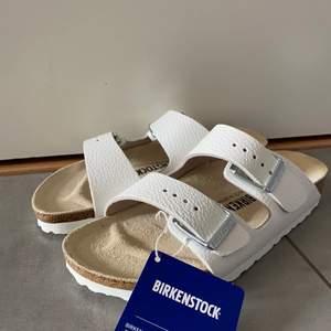 Birkenstock Arizona BS white. Helt nya och obrukade. Spännen för att reglera passform. Kartong medföljer vid intresse.