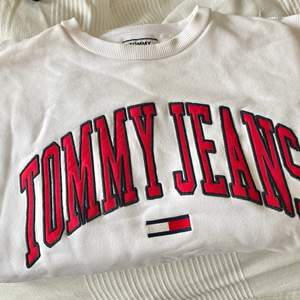 Säljer denna superfina tröja från Tommy Jeans åt min pojkvän! Unisex! Mycket bra skick! Storleken är S, men den är oversized så passar både större/mindre beroende på hur man vill att den ska sitta! Köparen står för frakt!💗