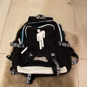 Säljer en väldigt fin Billie Eilish ryggsäck  med 5 fack. Är från Billie Eilish originella hemsida ett halv år sedan.Väldigt bra skick, ryggsäcken är torkos,svart och vit. Den kostar 449 kr på hemsidan men säljer den för 200 kr. Denna passar för barn/tonåringar som gillar Billie Eilish.