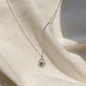 Jag säljer detta fina silversmycke från Glitter! De är i ett fint skick eftersom jag bara använt det 1 gång. Det är ca 25 cm lång.