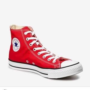 Jag säljer dessa Skitsnygga Röda Converse skorna! Nyskick och köpta här på Plick, säljer vidare då dom tyvär inte passade mig🙃💞 Dom två sista är mina egna bilder💕Om många är intresserade blir det budgivning💜