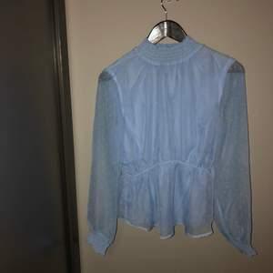blå blus från nakd, helt oanvänd. Inköpspris 500 kr. skriv om du är intresserad🥰
