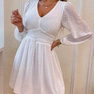 Helt ny klänning från shein, endast testat, säljer pga att den va för liten vid brösten.