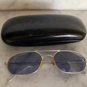 Vintage Gucci solglasögon i silvriga bågar med blåa linser 💜 fina till sommaren!