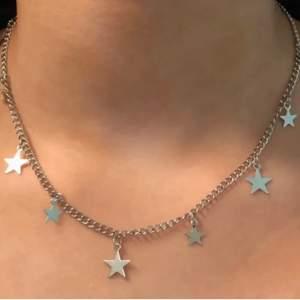 Säljer detta jätte fina halsband då jag råkade beställa 2 stycken. Det är i bra skick och har bra kvalitet. Passar till alla outfits och färger, jätte fin extra detalj 💕