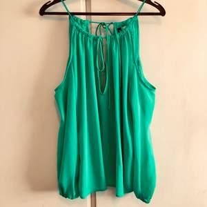 Gratis, betala endast frakt! Fin grön blus utan axlar och knytning fram och bak. Lite tajt i ärmmuddarna.