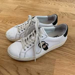 Coola Karl Lagerfeld sneakers i storlek 36. Använda men ändå i gott skick. 300kr eller högsta bud. Kan mötas upp i Gbg. Annars står köparen för frakt🧡