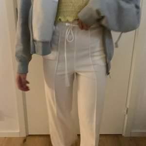 Vita kostym likande byxor men de känns som att ha på sig mjukisbyxor, skriv för bättre bilder💞
