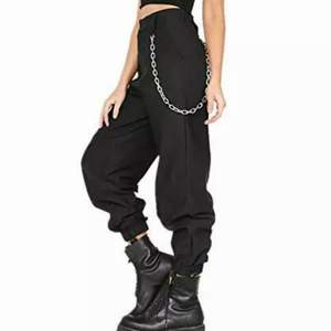 Got this from Stockholms Stadsmission. Appears to be a dupe of the infamous IAMGIA Cobain pants. The 90's-inspired baggy pant. Elastic hems around ankles. Comes with silver chain. Fastening appears to be repaired, hence this low price. Smoke and pet free storage space. No other flaws to note. Happy to bundle. Will gladly take more pics.   Disclaimer: Please expect some general wear in all secondhand pre-owned items as they have lived a previous life, so do not expect a mint item. **TRACKED SHIPPING VIA POSTNORD**