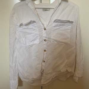 En vit linneskjorta från Gina Tricot.