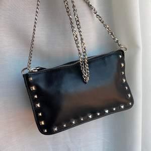Svart cool väska från zara med nitar och blåa detaljer 🥰🥰  superfint skick! Köparen står för frakten 🤍🤍
