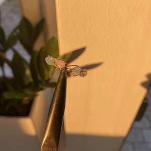 anpassningsbara handgjorda ringar säljes<3  alla ringar finns i rosa, vit och blå  storlek: anpassar för köparen kostnad: 39kr för en 70kr för två  kontakta om intresserad pris går att diskutera  samfraktsalternativ finns även mötas i Blekinge  #linkzeldavintage #handgjord #ringar #ring #smycke #guldigt #blomma #trend #rosa #blå #vit #tråd #ring