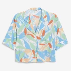 Fantastiskt somrig pastellfärgad skjorta från monki med palmer, hawaiiskjorta-stil! Lite boxig passform och något croppad. Storlek S. I mycket gott skick/ nyskick