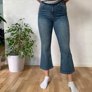 Kick Flare Jeans från Gina Tricot. Använd 1 gång, så det är i bra skick! Storlek S, stretchiga i midjan. Hör av dig om du har någon fråga!
