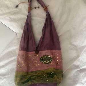 Superfin väska som jag köpt second hand. Säljer då den inte kommer till användning. Den är perfekt storlek och väldigt rymlig. Kontakta mig för fler bilder osv. Frakten ingår i priset!💕☺️