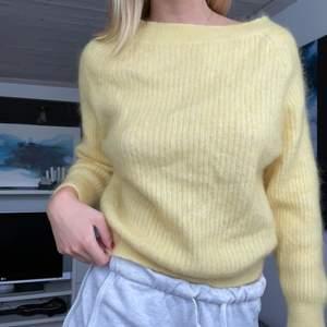 Stickad tröja från second Female i jättefin och härlig gul! Passar jättebra till sommarkvällar💕 storlek S/M och köparen står för frakt