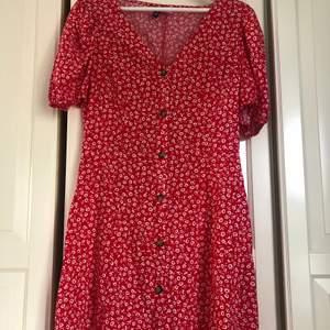 Supersöt sommarklänning från hm som är slutsåld✨ klänningen är köpt förra sommaren och är använd endast ett fåtal gånger och är i mycket bra skick❤️