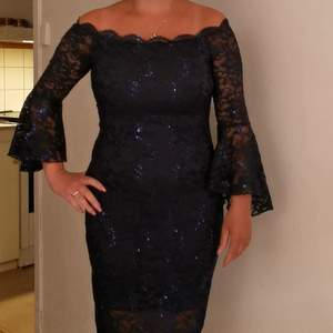 Fin spets marinblå klänning. Strechig material. Passar 36 38, dragkedja baktill