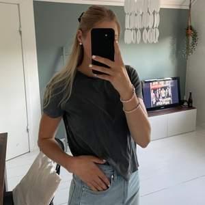 Stentvättad T-shirt från Zara. Storlek S, mjuk och skön. Jag är 174 cm.😁 frakten är ej inräknad, spårbar men är öppen för förslag kring pris.✌️