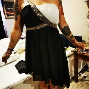 Helt underbar klänning som tyvärr bara använts en gång.