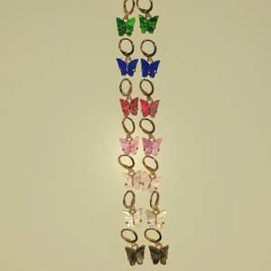 Fjärils örhängen! Vet ej vart jag köpte dom men dom är oanvända! Finns i grön,blå,röd,rosa,ljusrosa,vit och brun! Väldigt fina inför sommaren! En favorit 😻 🦋 Skriv privat för flera bilder eller frågor, kram!