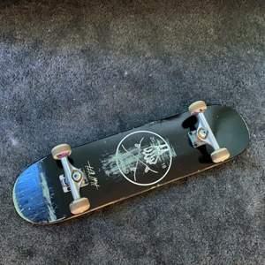 """En galolo skateboard storlek 8"""" köptes 2018, använd litegrann runt 2018-2019 men ingen användning sen dess. Independent truckar och spitfire hjul, vet ej exakt vilka. Kan skicka fler bilder om det är nödvändigt."""