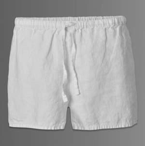 Säljer dessa assnygga shorts i linne (strl. M) men passar även S💓 helt oanvända och passar till allt! Köpare står för frakt