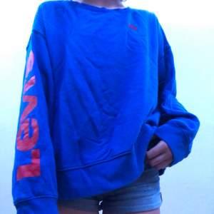 En blå Levis tröja, med ett stor Levis märke på höger arm och ett litet fram på bröstet💖 Är i stolek S men är ganska stor💖 Bara använd 2-3 gånger💖