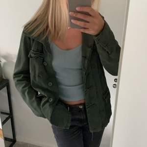 säljer denna skitsnygga jackan i mörkgrön camofärg, köpt på urban outfitters. storlek S. frakt tillkommer🤎