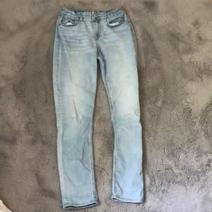 Säljer dessa ljusblåa momjeans med silverknapp och resår i midjan. Jeansen har fickor både fram och bak. Har används ganska mycket men är fortfarande i bra skick.