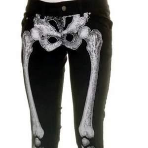 Svarta byxor med skelett tryck. Bak står det Kreepsville 666. Storlek 30. Bättre foton finns här https://public.fotki.com/Demona/closet/