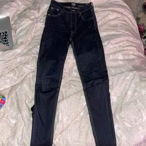 Super snygga mörkblåa jeans från crocker. Super skinny. Storlek 26 i midja och 30 i längd. Jag är 155 cm lång och brukar ha 30 i längd för att sedan vika upp jeansen vid fötterna. Jeansen är sparsamt använda. Inga fläckar eller hål. Nypris: 699kr. Vad jag kan se så säljs crocker jeans inte längre, passa på!