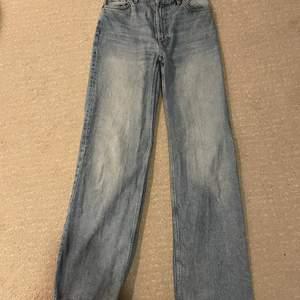 """VID KÖP AV BÅDA JEANSEN, 450kr, 1 par 250kr! Säljer mina fina samt trendiga och populära jeans från Monki i modellen """"Yoko"""". Super fint skick. Färgen är """"mid blue"""" och storleken är 25, skulle säga att de skulle passa nån som vanligen har mellan XS/S! Säljer då de oturligt nog blivit för små och därav är bild 3 lånad från monki hemsida så du ska kunna se hur de sitter på! De är wide/straight leg! Nypris är 400kr, mitt pris 200💕🌸(Har de även i mörkblå så kolla in mitt andra inlägg)"""
