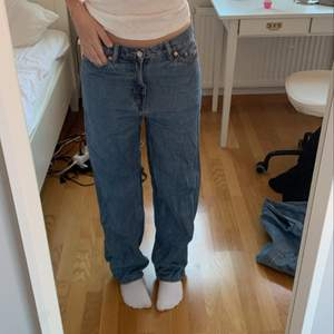 As coola jeans från weekday med en fjäril på ena fickan där bak. Fjärilen är gjord för hand hemma med textilfärg. Modellen på jeansen är Rail och man kan både ha de high waist eller dra ner de som jag har gjort på bilden :)) inga skador eller märken. Frakten ingår inte i priset. Köparen står för frakten💋💋💋